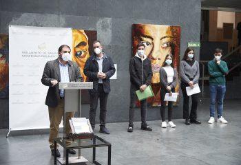 El colegio Claret Larraona entrega al Parlamento de Navarra el 'Primer Código Etico del Buen ejercicio de la Política'.